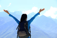 Toejuichend wandelende vrouw geniet van de mooie mening bij bergpiek in Tibet, China Stock Afbeeldingen