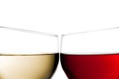 Toejuichingen, close-up van twee glazen rode wijn en witte wijn Stock Foto