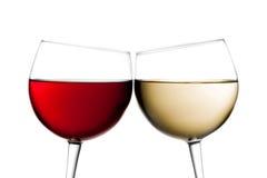 Toejuichingen, twee glazen rode wijn en witte wijn Stock Fotografie