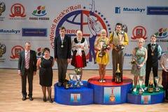 Toekennend de deelnemers van Wereldkampioenschap op Acrobatische Rots n rol en de Wereld beheerst boogie-woogie Stock Afbeeldingen