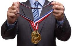Toekennende gouden medaille Stock Foto