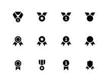 Toekenning en medaillepictogrammen op witte achtergrond Stock Foto's