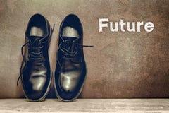 Toekomst op bruine raad en het werkschoenen op houten vloer royalty-vrije stock foto