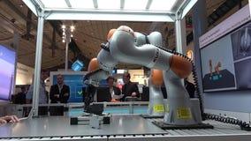Toekomst van automatisering, autonoom systeem met Kuka-robots op de tribune van Siemens op Messe-markt in Hanover, Duitsland stock video