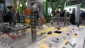 Toekomst van automatisering, autonoom systeem met Kuka-robots op Pilz-tribune op Messe-markt in Hanover, Duitsland stock footage