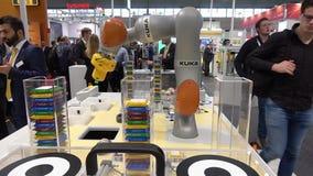 Toekomst van automatisering, autonoom systeem met Kuka-robots op Pilz-tribune op Messe-markt in Hanover, Duitsland stock videobeelden