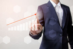 Toekomst van financieel bedrijfsconcept, Zakenman wat betreft stijgende grafiek met financiënsymbolen Royalty-vrije Stock Afbeelding