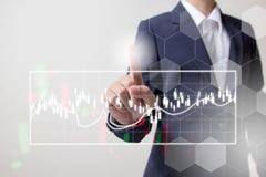 Toekomst van financieel bedrijfsconcept, Zakenman wat betreft stijgende grafiek met financiënsymbolen Royalty-vrije Stock Foto's
