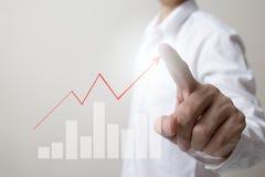 Toekomst van financieel bedrijfsconcept, Zakenman wat betreft stijgende grafiek met financiënsymbolen stock afbeelding