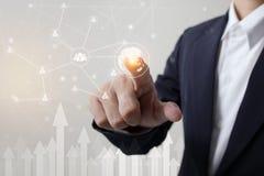 Toekomst van technologie, netwerk, gebruikersconcept, Zakenmanhand wat betreft netwerk en de symbolen van de verbindingsgebruiker Royalty-vrije Stock Afbeeldingen