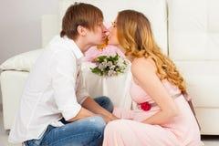 Toekomstige jonge ouders die zacht kussen royalty-vrije stock afbeelding