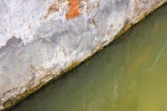 Toenemend vocht op een bakstenen muur in een kanaalhoogtepunt van water royalty-vrije stock afbeelding