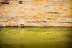 Toenemend vocht op een bakstenen muur in een kanaalhoogtepunt van water royalty-vrije stock afbeeldingen