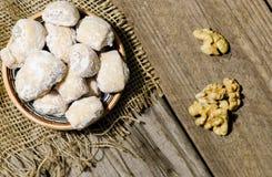 Toenemende die broodjes met okkernoten en poedersuiker worden gevuld in traditio Royalty-vrije Stock Afbeeldingen