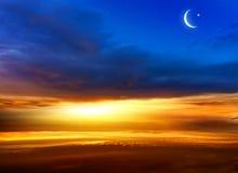 Toenemende maan met mooie zonsondergangachtergrond Grootmoedige Ramadan Licht van hemel De achtergrond van de godsdienst Jesus in stock foto