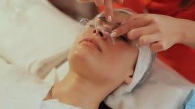 Toepassing-film masker op het gezicht Het kosmetische procedures Mechanische schoonmaken van het gezicht cosmetology stock footage