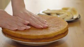 Toepassing van condens op gebakken cakes cooking stock footage