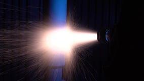 Toepassing van de beschermende laag door laser op het metaaldeel stock video