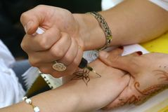 Toepassing van henna Royalty-vrije Stock Afbeeldingen