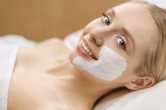 Toepassing van het kuuroord de gezichtsmasker Organische gezichts het maskertoepassing van de kuuroordschoonheid bij day spa salo royalty-vrije stock foto