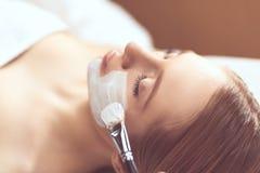 Toepassing van het kuuroord de gezichtsmasker Organische gezichts het maskertoepassing van de kuuroordschoonheid bij day spa salo stock fotografie