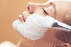 Toepassing van het kuuroord de gezichtsmasker Organische gezichts het maskertoepassing van de kuuroordschoonheid bij day spa salo royalty-vrije stock afbeeldingen