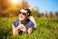 Toerisme. het jonge meisje ligt op het gras Stock Fotografie