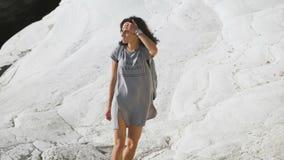 toerisme Jonge vrouw die in de bergen wandelt stock videobeelden