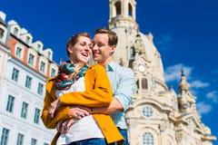 Toerisme - paar in Frauenkirche in Dresden Stock Afbeeldingen