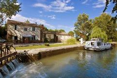 Toerismeboot op Canal du Midi Royalty-vrije Stock Afbeeldingen