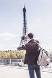 Toerist aan Parijs die Beelden van de Toren van Eiffel nemen Stock Afbeelding