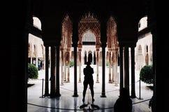 Toerist in Alhambra Palace, Granada, Spanje stock fotografie