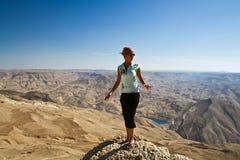 Toerist in berg van Jordanië royalty-vrije stock fotografie