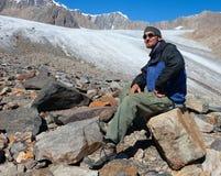 Toerist in bergen Stock Afbeelding