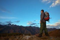 Toerist bij bergen stock foto's