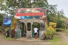 Toerist bij de ingang van Hinagdanan-Hol één van de oriëntatiepunten van Bohol Stock Afbeelding