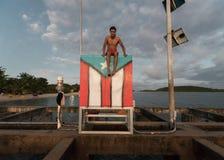 Toerist bij de Strandzitting op Vlag in Vieques, Puerto Rico Stock Foto