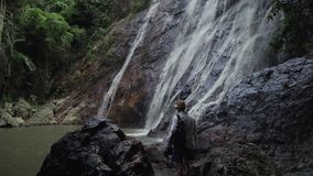 Toerist bij de Waterval van Na Muang op Koh Samui in de video van de de voorraadlengte van Thailand stock videobeelden