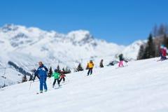 Toerist bij les van ski Stock Afbeelding