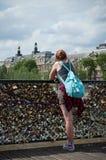 Toerist in brug van Kunsten in Parijs Stock Foto's