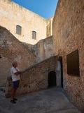 Toerist in Castillo DE San Pedro de la Rosca Stock Afbeelding