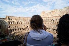 Toerist in Colosseum stock foto's