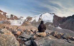 Toerist in de bergen Stock Afbeeldingen