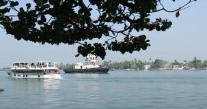 Toerist in de boot Kerala India stock footage