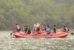 Toerist in de boten aan Barahi-Tempel op Phewa-meer, een populaire toeristenbestemming in Nepal stock fotografie