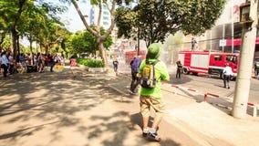 Toerist in de Brigade die van de het Horlogebrand van de Hoedenmenigte met Waterslangen werken stock video