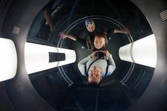 Toerist in de lift van Oud Stadhuis in Praag stock fotografie
