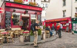 Toerist dichtbij beroemd restaurant in Parijs Royalty-vrije Stock Afbeeldingen