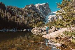 Toerist dichtbij Droommeer in Colorado royalty-vrije stock foto