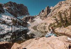 Toerist dichtbij Emerald Lake in Colorado stock afbeelding